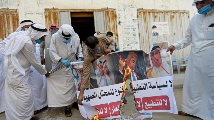 أثار الإعلان عن الاتفاق ردود فعل من أحزاب وجمعيات عربية ورفضاً شعبياً عربياً ومن شخصيات ومواطنين بحرينيين