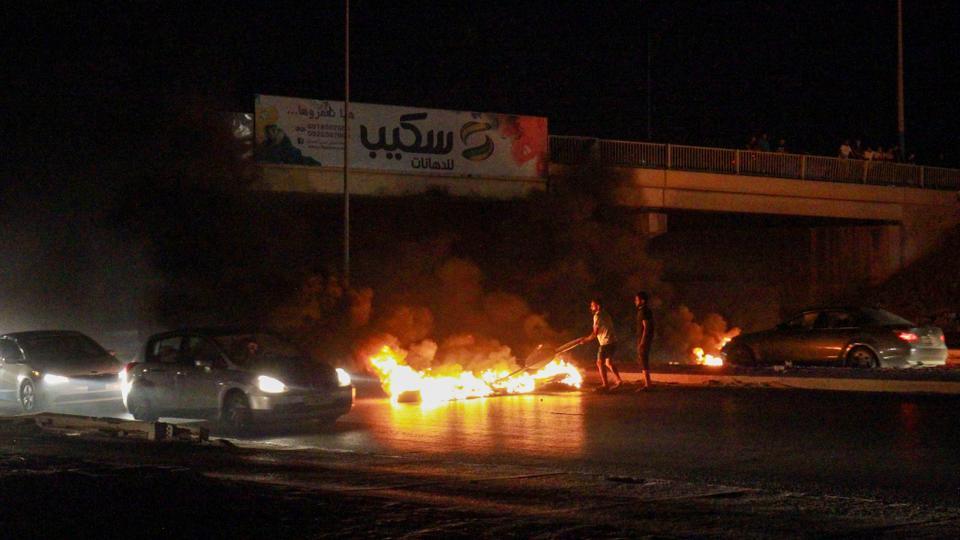 مليشيا حفتر تقتل متظاهراً بالرصاص وتمنع المسيرات ليلاً