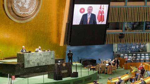من جلعاد أردان الذي غادر في أثناء خطاب أردوغان؟.. ولماذا غادر؟
