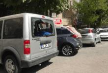 صورة لاجئة سورية تكسر زجاج 21 سيارة في أورفة