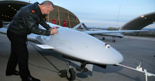 ap 18034653463022 erdogan autograph drone 1557788393 840x540 - تركيا تكشف عن تطوير أسلحة جديدة تقلب الموازين في سوريا وليبيا