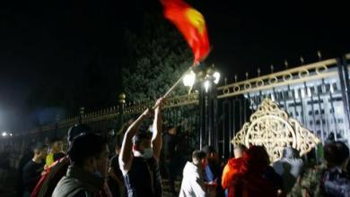 صورة متظاهرون يستولون على مقر السلطة في قرغيزستان ويطلقون سراح الرئيس السابق