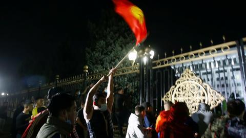 1601962565 9132544 4323 2434 4 216 - متظاهرون يستولون على مقر السلطة في قرغيزستان ويطلقون سراح الرئيس السابق