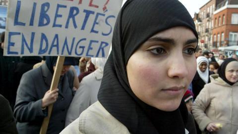1602137610 9157460 2178 1226 2 381 - مطالب بخلع الحجاب في صور بطاقات المواصلات بعموم فرنسا