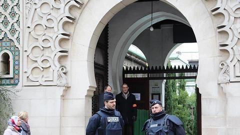 """1602617729 9217400 854 481 4 2 - بحجة """"مكافحة التطرف"""".. فرنسا تغلق 73 مسجداً ومدرسة منذ بداية العام"""