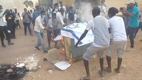 1603349547 9323456 720 405 0 13 - متظاهرون سودانيون يحرقون علم إسرائيل ومقتل مواطن بالخرطوم
