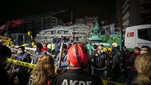 1604090202 9407259 5132 2890 44 352 - زلزال إزمير.. وفاة 20 شخصاً وفرق الإنقاذ تواصل عملها