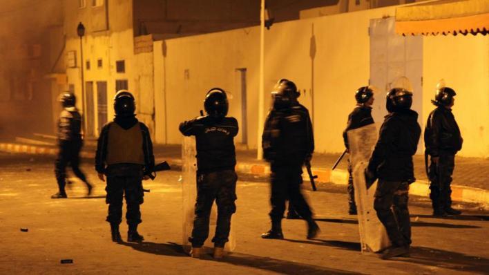 أطلقت قوات الشرطة قنابل غاز مسيل للدموع لتفريق المحتجين، في حين نشر الجيش مدرعات عسكرية لحماية المنشآت - صورة أرشيفية