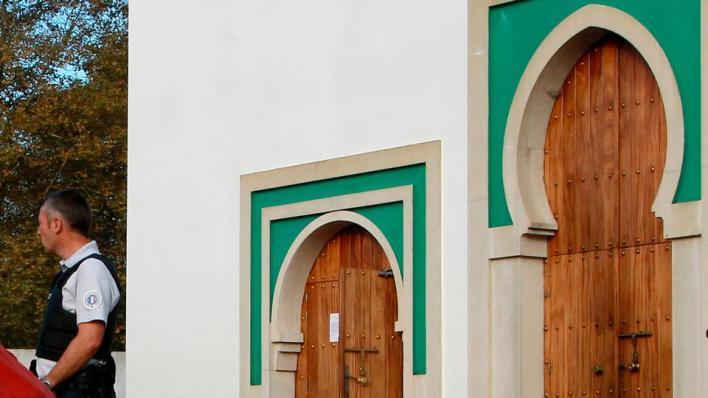 السلطات الفرنسية تقرر إغلاق مسجد في إحدى ضواحي باريس