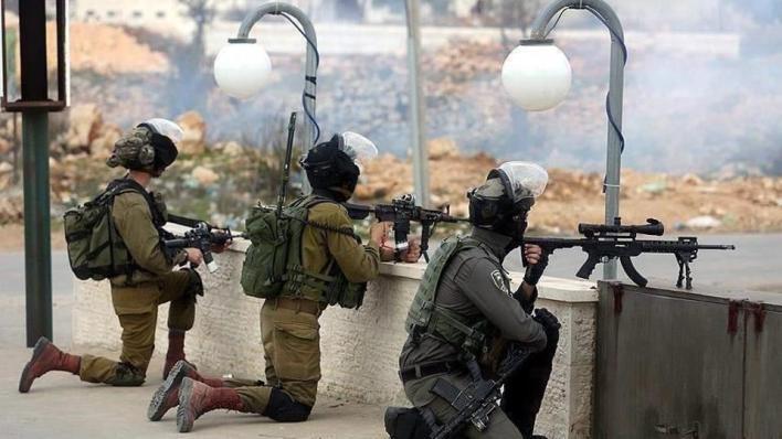 الاحتلال الإسرائيلي يعتقل قيادياً بحماس ويفقأ عين شاب