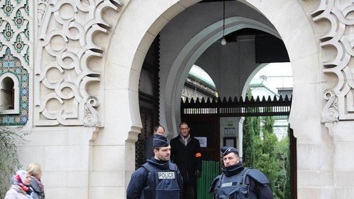 وزير الداخلية الفرنسي يعلن إغلاق بلاده73 مسجداً ومدرسة خاصة ومحلاً تجارياً بذريعة