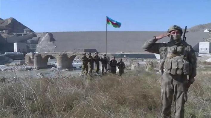 أعلن الرئيس الأذربيجاني إلهام علييف، رفع علم بلاده على جسر