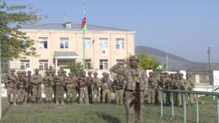 وزارة الدفاع الأذربيجانية تعلن رفع علم بلادها في مركز مدينة