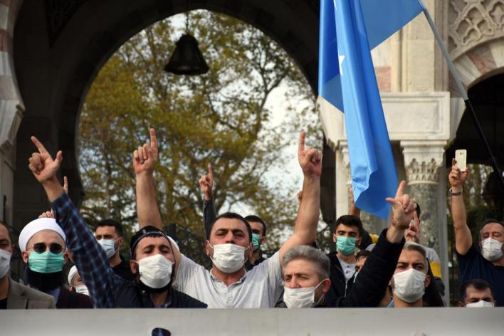 شارك في المظاهرة أعضاء جمعيات ومنظمات مدنية مختلفة، مرددين هتافات منددة بالرسوم المسيئة للرسول