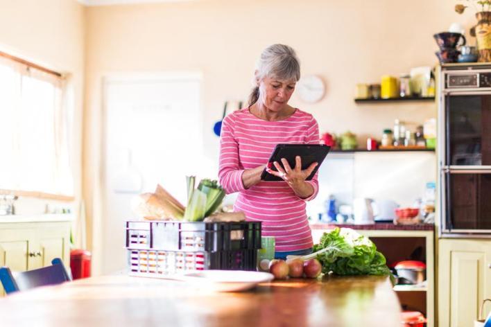 على رب الأسرة أو القائم على أمور المنزل تحضير قوائم التسوق بناء على أسس أهمها مراجعة موجودات المنزل لتحديد النواقص وتسجيلها