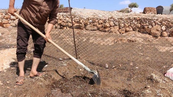 لم يقف النازحون في مخيمات الشمال السوري مكتوفي الأيدي، بل قاموا إلى ابتكار طرائق للتدفئة تقيهم وأولادهم برد الشتاء