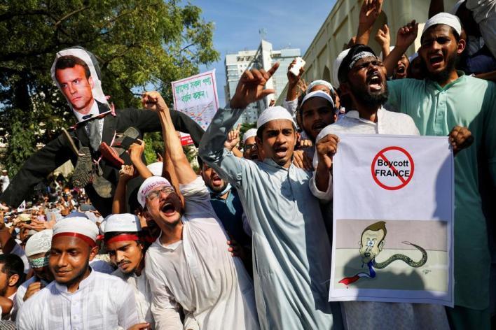 تظاهر آلاف المسلمين في بنغلاديش معبرين عن غضبهم من الإساءة للإسلام في فرنسا