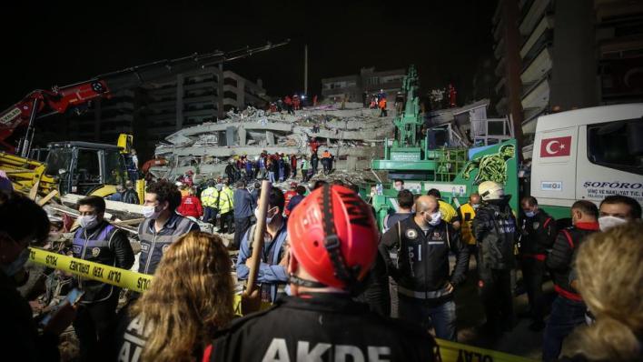 إنقاذ عشرات الأشخاص من تحت أنقاض زلزال إزمير