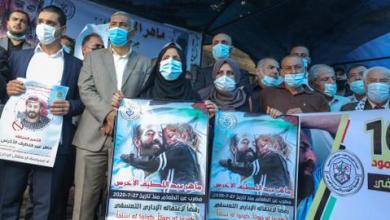 صورة شاهد.. فلسطينيون يتضامنون مع أسير مُضرب عن الطعام منذ 100 يوم