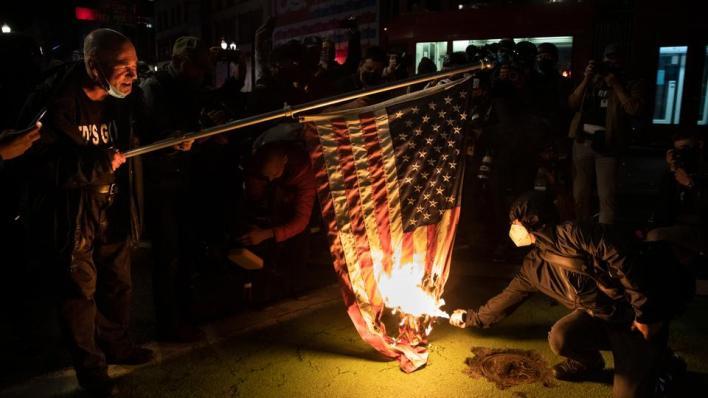 اندلعت احتجاجات متفرقة في واشنطن العاصمة وولاية واشنطن في الساعات التي أعقبت إغلاق مراكز الاقتراع