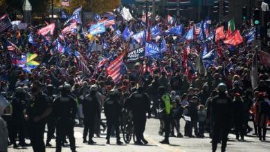 صورة ترمب يتشكّك في جدوى الطعن قضائياً وأنصاره يخرجون في مظاهرات لدعمه