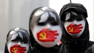 صورة الأويغور يحرقون كتبهم الإسلامية خوفاً من السلطات الصينية