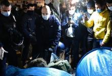 صورة مشاهد تعامُل الشرطة الفرنسية مع اللاجئين بباريس صادمة