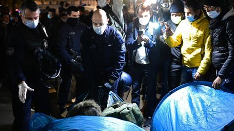 1606284625 9620678 4959 2793 25 273 - مشاهد تعامُل الشرطة الفرنسية مع اللاجئين بباريس صادمة