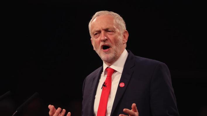 وقف حزب العمال البريطاني المعارض زعيمه السابق جيريمي كوربين
