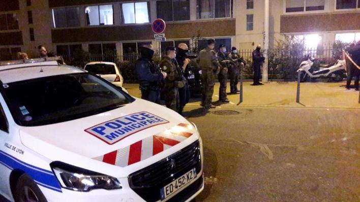 الشرطة الفرنسية في موقع حادث الاعتداء على القس بمدينة ليون