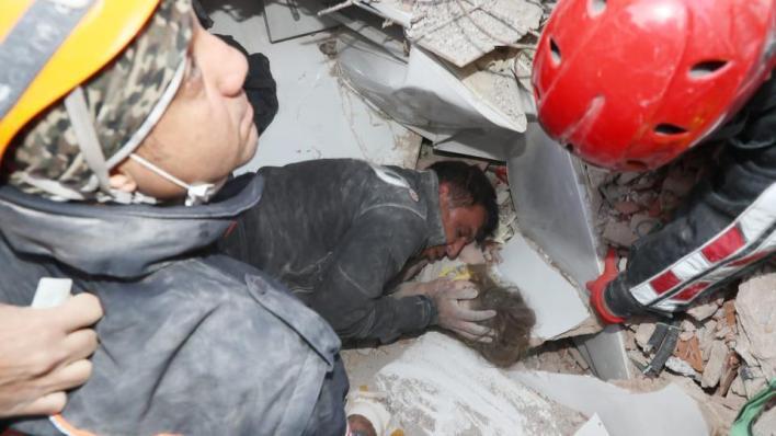 تُعتبر الطفلة آيدا الشخص رقم 107 الذي يُنقَذ من تحت أنقاض المباني المدمَّرة جراء زلزال إزمير