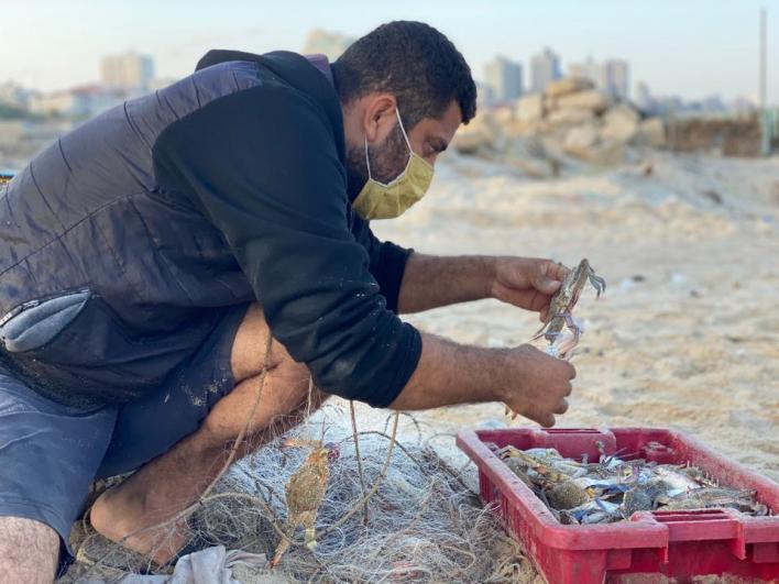 مع الساعة الرابعة فجراً يسحب الصياد حسن زيدان شباك الصيد التي نصبها قبل يوم من أجل البدء في رحلة عمله اليومية