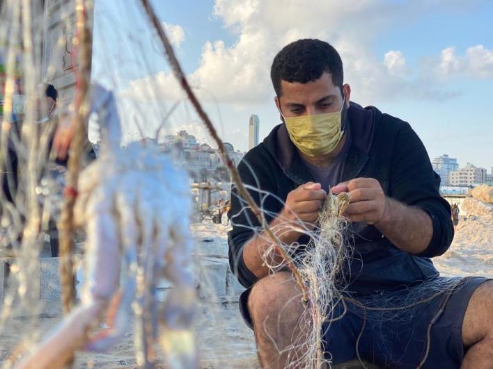يُعتبر صيد السلطعونات مهنة لمئات الصيادين والأشخاص العاطلين عن العمل،فهو يشكل مصدر دخل لهم ولعائلاتهم