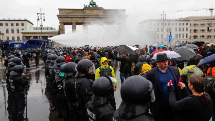 الشرطة الألمانية تطلق مدافع المياه لتفريق آلاف hgمحتجين hgغاضبين من خطط حكومية لفرض قيود للحد من انتشار كورونا