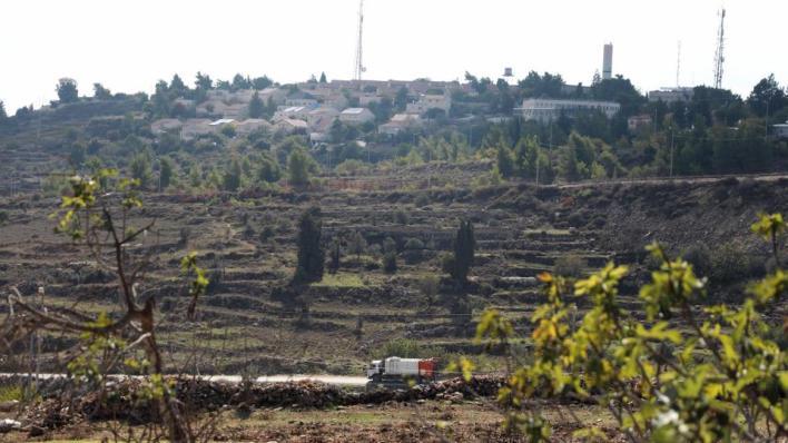 يُطلق الفلسطينيون على المستوطنة التي شُيدت سنة 1968، بعد عام واحد من احتلال إسرائيل للضفة الغربية، اسم