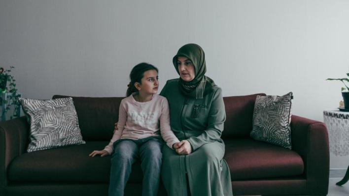 والدة الطفلة التركية أميرة يلدريم (10 سنوات) التي أوقفتها الشرطة الفرنسية بسبب رفض الرسوم المسيئة للنبي محمد