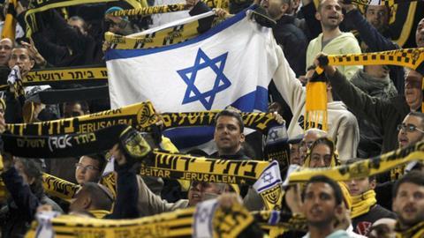 صورة مشجعو فريق إسرائيلي يرفضون بيعه للإمارات ويسيئون للنبي محمد