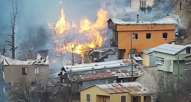3516781 - بالفيديو …. حريق ضخم و مخيف يلتهم منازل قرية تركية واحد تلو الآخر