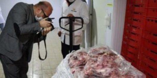 2 300x150 - بالفيديو.. مشاهد فاضحة لعمال يعبؤون الشاورما والوزارة تتخذ الإجراءات اللازمة