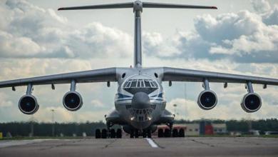 صورة على متنها شخصيات كبيرة.. طائرة روسية خاصة تصل قاعدة حميميم الجوية