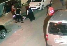 صورة شاهد بالفيديو.. شجـ.ـار عنيـ.ـف بين مواطنين وعمال نظافة وسط شوارع اسطنول