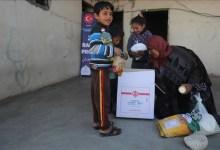 صورة شاهد..تركيا توزع مساعدات على الأسر في غزة