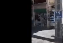 صورة شاهد.. مواطن سوري يمـ.ـزق صور الأسد الملصقة على الجدران علناً.. فيديو