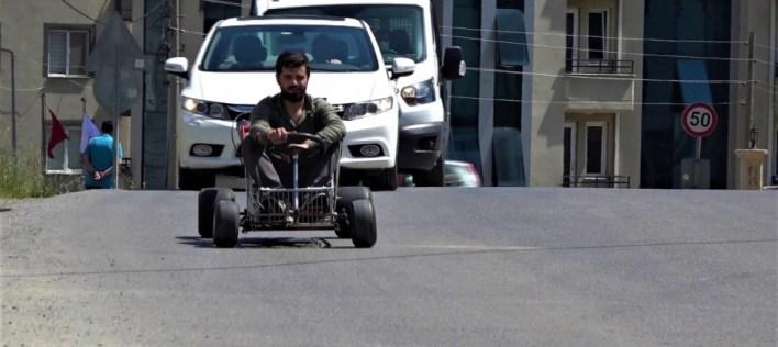 alisveris sepetinden araba yapti 120 km hiz yapabiliyor - مستخدما عربة التسوق.. شاب تركي يبدع باختراع سيارة تصل سرعتها الى 120 كم(صور+فيديو)