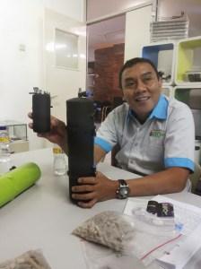 Lewi Bernat (GM Efo Indonesia) dan produk andalannya (Foto: koleksi pribadi)