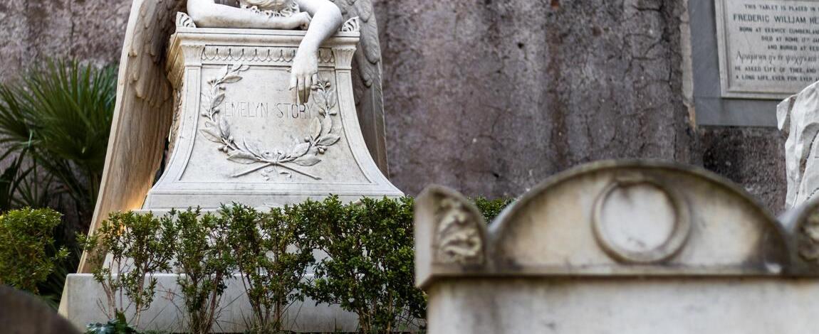 Послуга прибирання місць поховань, догляд за могилами