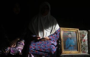 LABIS 04 OKTOBER 2016. Ibu Azrul Hisham Azman yang merupakan salah seorang mangsa lemas, Zainab Ordin menunjukan gambar anaknya selepas selesai majlis pengkebumian jenazah allahyarham Azrul Hisham Azman di Felda Redong 1, Labis. Foto Syarafiq Abd Samad