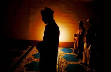 Ledang 16 JUNE 2016. Kelihatan seorang melakukan solat sunat pada waktu malam di Ledang. sempena bulan ramadan umat islam digalakan menunaikan solat sunat terutama pada malam Lailatu qadar di sepuluh malam yang terakhir di bulan ramadan. Foto Syarafiq Abd Samad