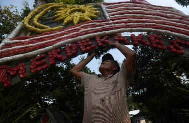 BATU PAHAT 19 Ogos 2015. Sarip Jonit,77 mengunakan lebih daripada 250 botol minum terbuang bagi menghasilkan bendera Malaysia sempena menyambut hari kemerdekaan di laman rumahnya di Parit Raja, Batu Pahat. Foto Syarafiq Abd Samad