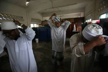 MUAR 06 July 2015. (JBH331B) Pelajar-pelajar membuat persiapan dengan memakai serban sebelum memulakan kelas di Madrasah Tahfiz Al-Quran At-Tarbiyah di Sg Balang, Muar. Foto Syarafiq Abd Samad